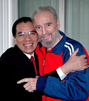 Fidel Castro posa junto al secretario general del Partido Comunista de Vietnam, Nong Duc Manh. (Foto: EFE)