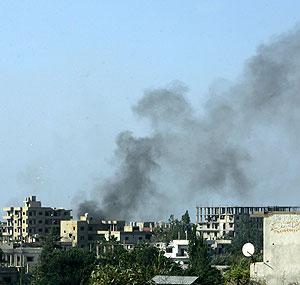 Columnas de humo sobre el campo de Nahar al Bared, en el norte del Líbano. (Foto: EFE)