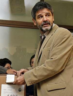 El ministro argentino de Educación y candidato a la alcaldía, Daniel Filmus, votando. (Foto: EFE)
