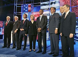 Desde la izda., Mike Gravel, Chris Dodd, John Edwards, Hillary Clinton, Barack Obama, Bill Richardson, Joe Biden, Dennis Kucinich. (Foto: AFP)