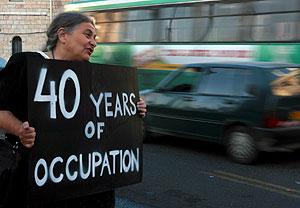 Una mujer sostiene una pancarta en una protesta en una calle del centro de Jerusalén. (EFE)