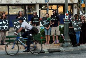 Varias personas se manifiestan en una calle del centro de Jerusalén. (Foto: EFE)