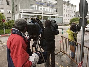 Los medios de comunicación hacen guardia en el Hospital Donostia a la espera de la salida de De Juana. (Foto: Justy García)