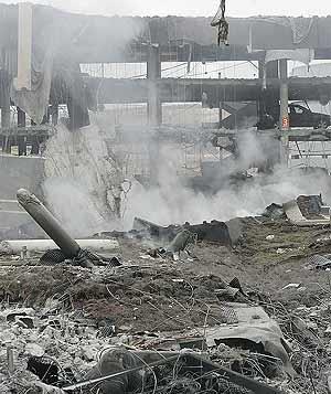 Vista de los escombros tras el atentado del aeropuerto de la T4 de Barajas. (Foto: Diego Sinova)