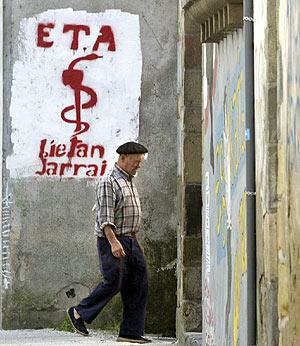 Un hombre pasa frente a un graffiti de ETA. (Foto: REUTERS)