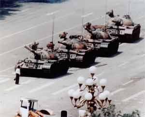 Imagen famosa de la matanza de Tiananmen en la que un estudiante intenta evitar el paso de una columna de tanques. (Foto: AP)
