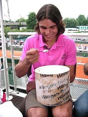 El tenista, con el helado que le regaló TVE en su cumpleaños. (Foto: Rafa Nadal)