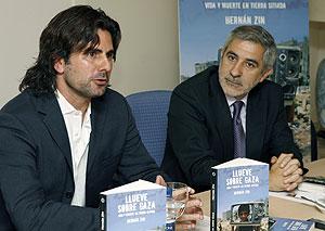 El coordinador general de IU, Gaspar Llamazares (dcha.), junto al escritor Hernán Zin. (Foto: EFE)