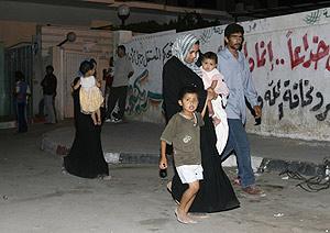 Una familia palestina huyendo de Gaza. (AFP)