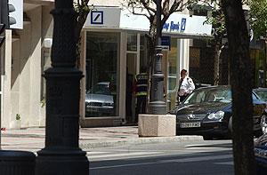 Fachada de la sucursal del Deutsche Bank escenario del atraco con rehenes. (Foto: EFE)