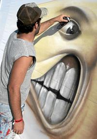Un grafitero pinta el mural para el récord. (Foto: Diego Sinova)