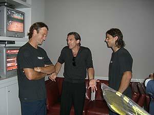 Rafa Nadal y Carlos Moyà charlan con el actor Antonio Banderas.