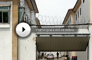 Imagen del coche (al fondo) en el que llegó Otegi a la cárcel. (Foto: Justy)