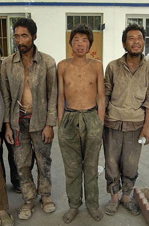 Algunos de los esclavos rescatados por la policía en Shanxi. (Foto: REUTERS)