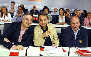 El secretario general de PSOE, José Blanco, José Luis Rodríguez Zapatero y el presidente del partido, Manuel Chaves. (Foto: EFE)