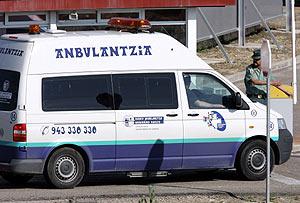 Imagen de la ambulancia en la que De Juana abandonó el hospital Donostia para ir a la cárcel de Aranjuez. (Foto: AFP)