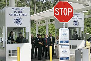 Bush y Michael Chertoff, en un control en la frontera. (Foto: AP)