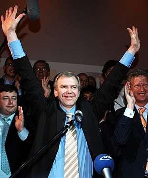 Leterme saluda tras proclamarse ganador de las elecciones. (Foto: AFP)