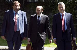Rubalcaba, entre Antonio Camacho y Paulino Luesma antes de la reunión. (Foto: EFE)