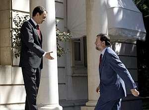 Zapatero recibe a Rajoy en el Palacio de la Moncloa. (Foto: EFE)