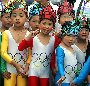 Niños chinos disfrazados para festejar la celebración de los JJOO en China. (Foto: AFP)
