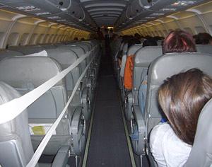 Imagen del avión semiprecintado que partió de Lisboa a Madrid. (Foto: Quico Alsedo)