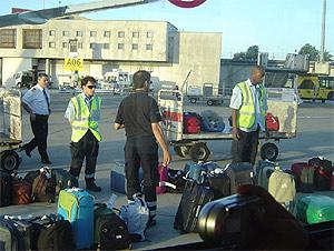 Personal del aeropuerto de Lisboa busca en la pista de despegue las maletas de los pasajeros que sí pudieron volar ayer. (Foto: Caroline Casteigts)