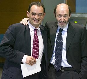 Javier Balza (izda.) y Alfredo Pérez Rubalcaba, en Vitoria. (Foto: EFE)