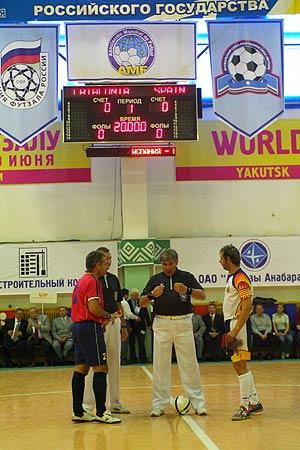 El árbitro conversa con los dos capitanes momentos antes del comienzo del partido. (Foto: Mijail Efremov)