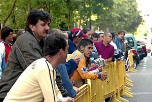 Un grupo de inmigrantes espera en la cola para arreglar sus papeles. (Foto. EL MUNDO)