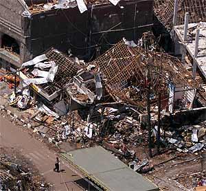 Imagen aérea de la discoteca Club Sari, donde estalló una de las bombas de Bali, en 2002. (Foto: AP)