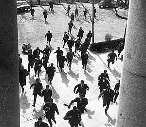 Marcha antifranquista disuelta en la Complutense de Madrid en 1965. (Foto: Europa Press)