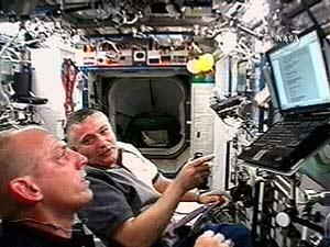 Dos astronautas, en el módulo 'Destiny' de la ISS. (Foto: Reuters)