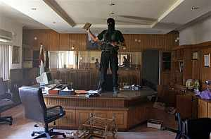 Un militante de Hamas en el cuartel de la Seguridad Preventiva de Al Fatah. (Foto: AP)