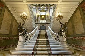 Escalera principal de acceso al primer piso. (Foto: David Jiménez)