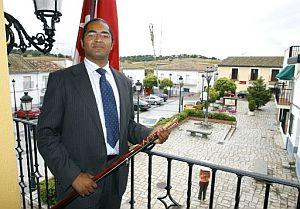 El nuevo alcalde de Villamantilla (Madrid), Juan Antonio de la Morena, posa en el balcón de la Casa Consistorial. (Foto: EFE)