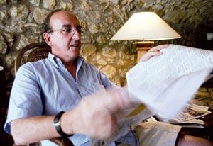 Jaume Roures, leyendo un periódico en su casa del Ampurdán. (Foto: Eddy Kelele)