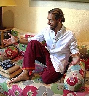 Antonio Albella, en el sofá de su casa. (Foto: ELMUNDO.ES)