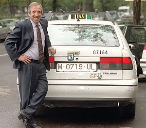 'El Fary' en el año 2002 frente a un taxi. (Foto: Carlos Barajas)