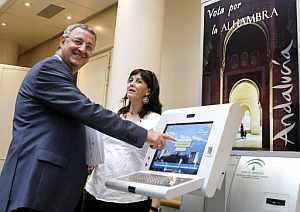 El ministro de Trabajo y Asuntos Sociales, Jesús Caldera da su respaldo a la campaña para que la Alhambra sea declarada una de las siete maravillas del mundo. (Foto: EFE)