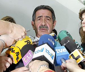 Miguel Ángel Revilla, ante los medios. (Foto: EFE)