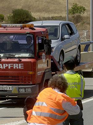 Un grúa traslada el vehículo cargado con explosivos y detonadores. (Foto: EFE)