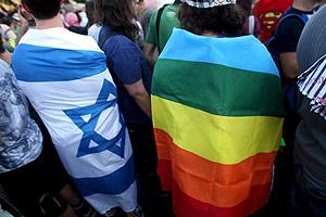 Dos manifestantes cubiertos por la bandera israelí y la gay. (Foto: EFE)