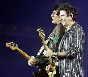 Ronnie Wood, en segundo plano, y Keith Richards. (Foto: AP)