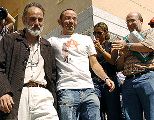El doctor Luis Montes (izq.), ex coordinador de Urgencias, tras su primera comparecencia. (Foto: EFE)