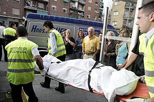 Trasladan el cadáver de una mujer apuñalada por su pareja en Talavera de la Reina. (Foto: EFE)