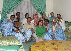Carmen, de verde, junto a los activistas saharauis con los que se vio en El Aaiún. (Foto: Javier G. Lachica)