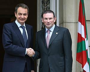 Zapatero e Ibarretxe en La Moncloa, donde se reunieron para hablar del fin de la tregua. (Foto: EFE)