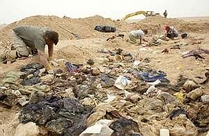 Varios forenses trabajan en una fosa común descubierta a 270 kilómetros al sur de Bagdad en abril de 2005. (Foto: AFP)