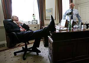 Blair, relajado en uno de sus últimos días en el despacho de Downing Street. (Foto: AP)